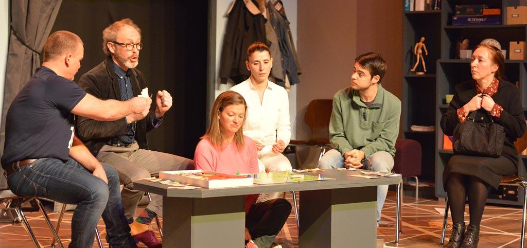 Illustration de la pièce Toc toc de Laurent Baffie jouée en 2019 par la troupe des Jopaprofs. L'image représente les patients dans la salle d'attente du docteur Stern